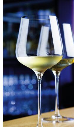 ein Weinglas gefüllt mit Sauvignon blanc