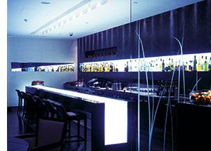 ein Restaurant, stylisch, modern, mit grellem weissen Licht als Highlights