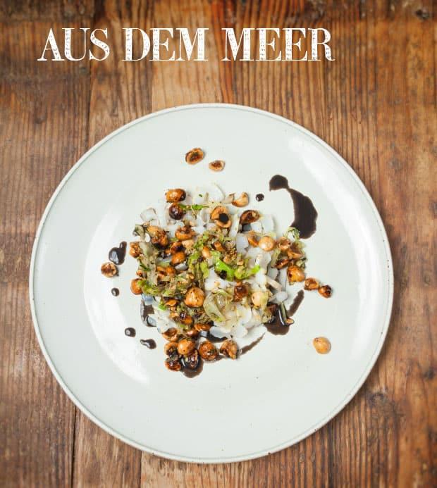 : Markknochen mit Schnecken, Kräuter-Schwarzkümmel-Creme und auf Apfelholz