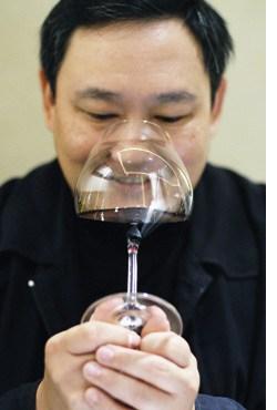 Iggy Chan mit einem Glas Wein