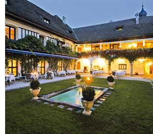 der Innenhof des Hotel Schloss Leonstain mit einem kleinen Biotop und Puchsbaeumchen