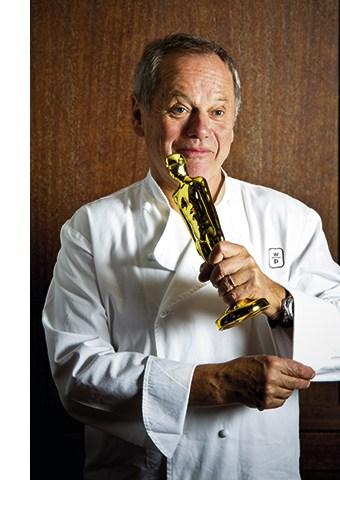 Wolfgang Puck mit einem Oscar im Arm