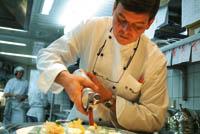 ein Koch bereitet gerade Espumas, auf Deutsch ein Schaumgericht vor