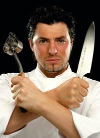 Thomas Dorfer bewaffnet mit Messer und einer Herzförmigen Ausstechform