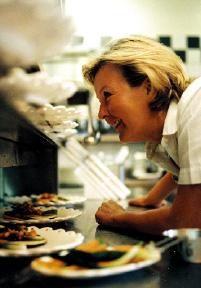 Lisl Wagner-Bacher spaßig in der küche