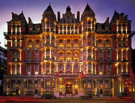 ein im roten Licht schimmerndes Luxushotel von der gegenüberliegenden Straßenseite fotografiert