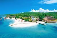 von der Weite fotografiert, Jamaikas Puderstrand inklusive türkisfarbenes Wasser und eine Hotelanlage