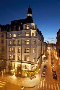 Ein Hotel beleutet und bei Nacht ist zu sehen