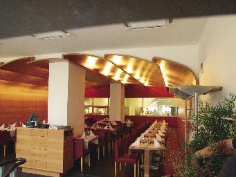 Restaurant kombiniert Holz mit der Farbe Rot