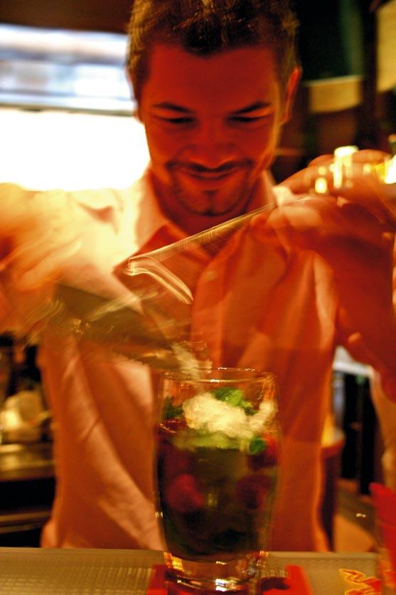 ein Barkeeper mixt einen erfrischenden Sommer Cocktail
