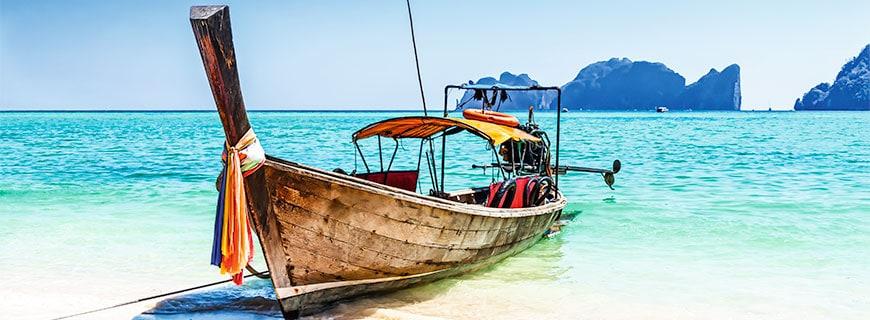Ein Holzboot auf der thailändischen Insel Phuket