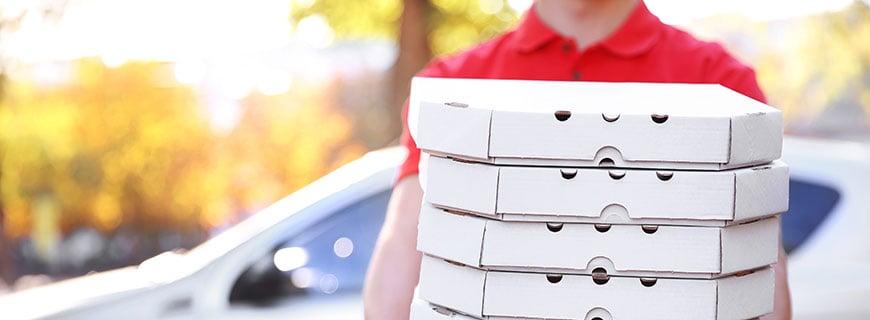 Pizzabote mit Kartons