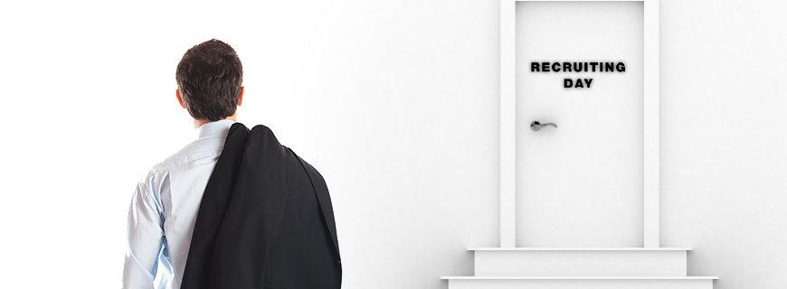 ein Mann steht als Kandidat vor der Eingangstür zum Recruiting