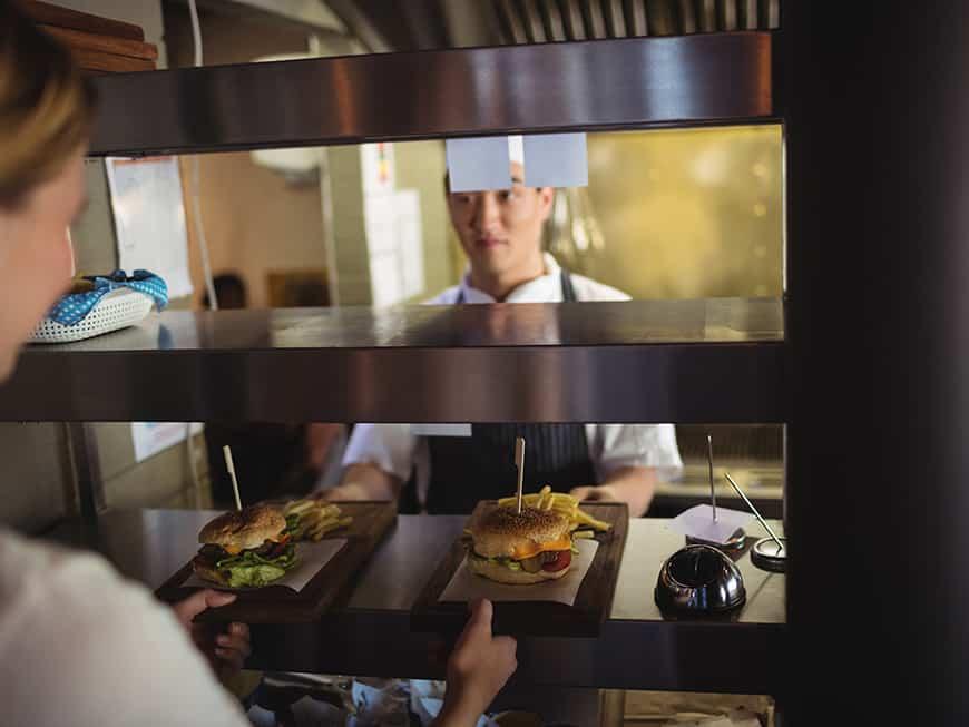 Restaurant, Burger kommen aus der Küche