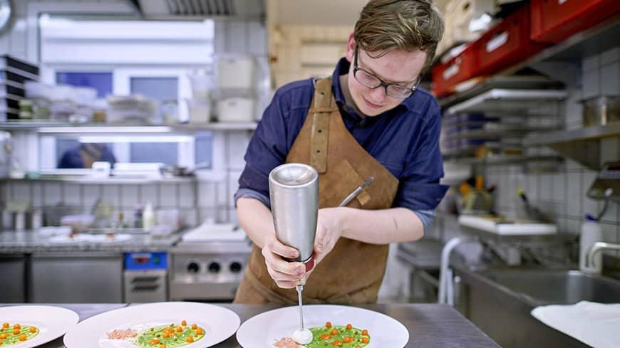 Der Chef-Pâtissier des Restaurants la vie, Roman Aster, beim Anrichten