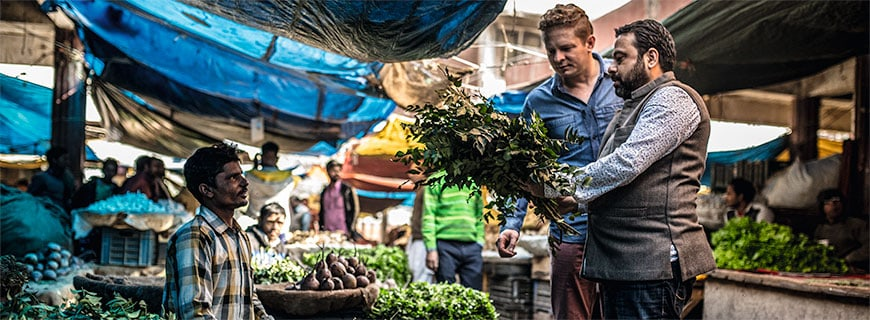 Manish Mehrotra (re.) und Martin Klein am Markt in Neu-Delhi