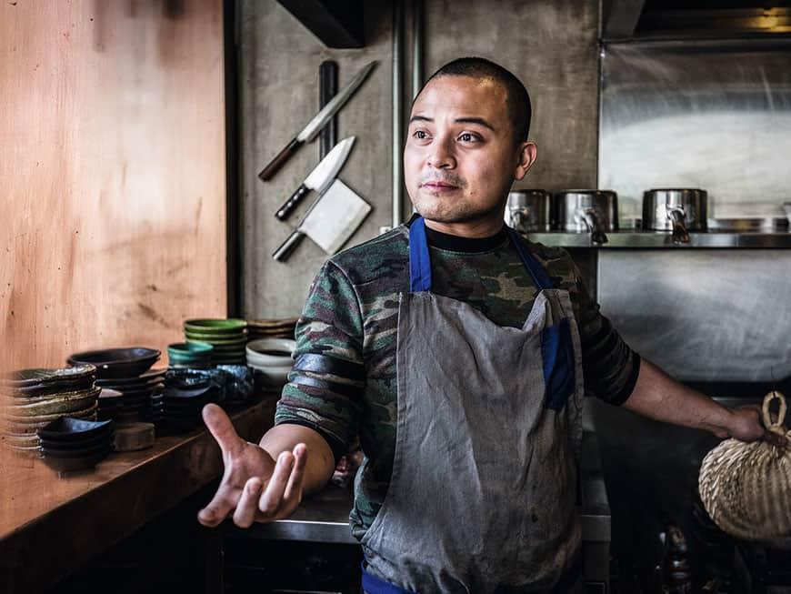 Der philippinische Koch Bruce Ricketts in seiner Küche im Restaurant Mecha Uma
