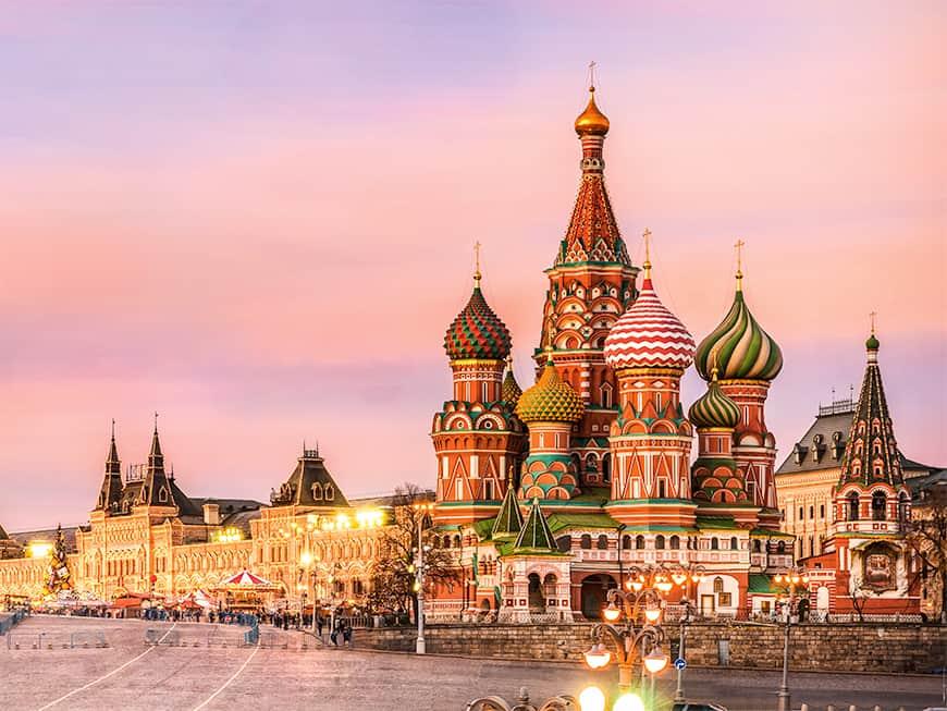 Nur eine der Top-Sehenswürdigkeiten Moskaus: Am Roten Platz befindet sich die märchenhafte Basilius-Kathedrale.
