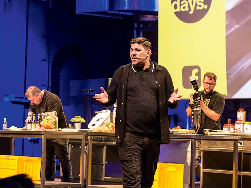 In Action: Tim Mälzer spricht auf der Hauptbühne der CHEFDAYS