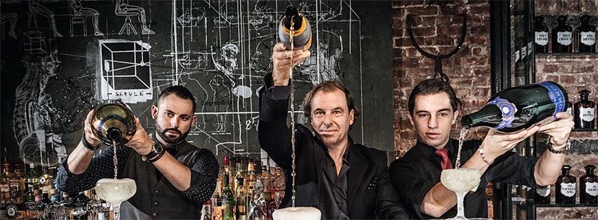 Sanatorium-Barchef Albert Trummer in der Mitte, links Bartender Chris Norton und rechts Sohn Jakob Trummer