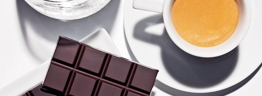 schwarzer Kaffee mit Schokolade