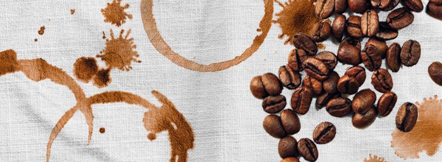 Kaffeebohnen und Kaffeeflecken