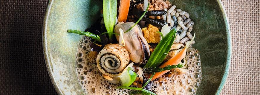 Syrco Bakkers Gericht Nasi Goreng mit Meeresfrüchten und salzigen Kräutern.