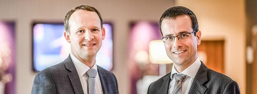 Porträt von den beiden Hoteldirektoren Thilo Hoppe und Roland Schäfer im Holliday Inn in Düsseldorf.