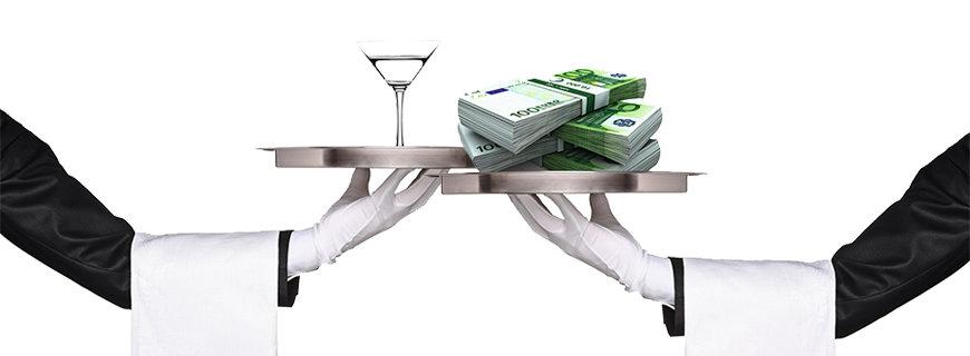 zwei Kellnerarme mit einem Martini und einem Geldscheinpaket