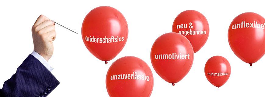 Luftballone mit negativen Charaktereigenschaften, eine Hand mit einer Nadel