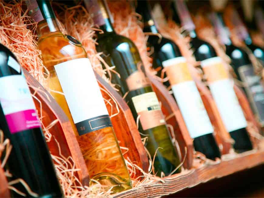 Weinflaschen im Holzregal