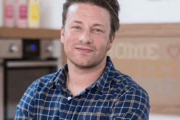 Jamie Oliver lächelnd in Wien karriertes Hemd