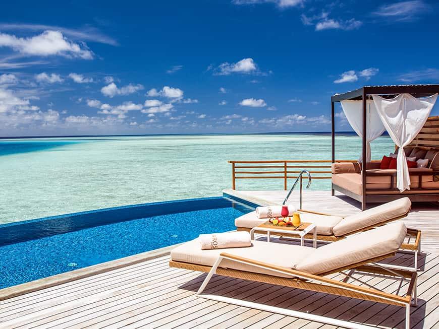 Luxus erleben: mit Blick aufs türkisfarbene Meer im Hotel Baros auf der Koralleninsel.