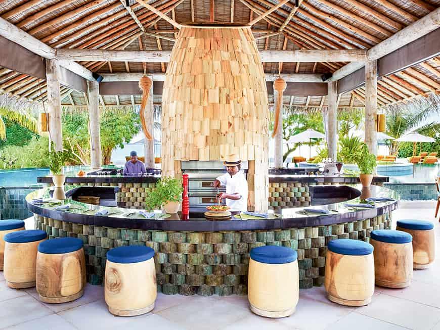 Mit den Füßen im Wasser in der im Pool versunkenen Bar: Pasta, Pizza, Burger im Six Senses Laamu Hotel-Restaurant Sip Sip