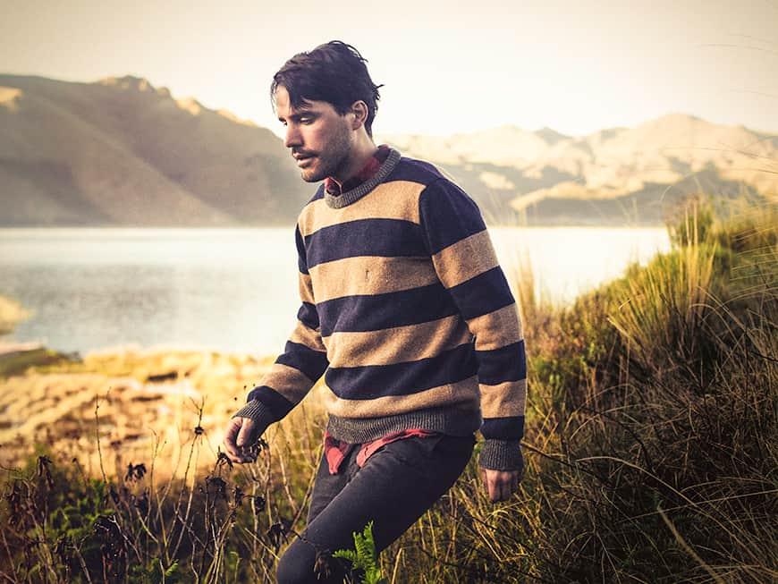 ein mann geht in den bergen spazieren