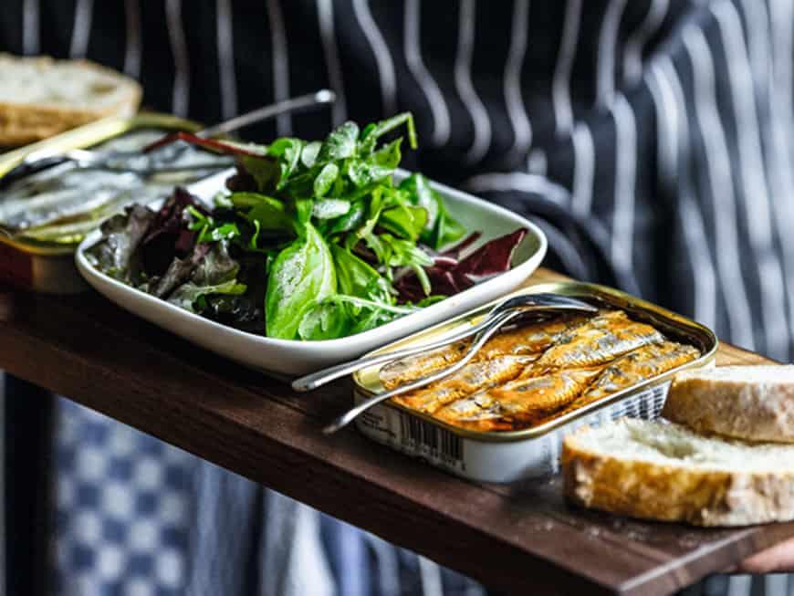 Eine Auswahl an 120 verschiedenen Dosen: In der Berliner Sardinen.Bar gibt es zur Sardine Salat und Brot.