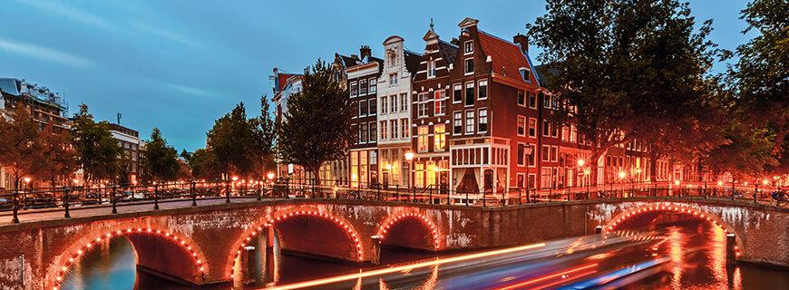 Amsterdams Altstadt bei Nacht