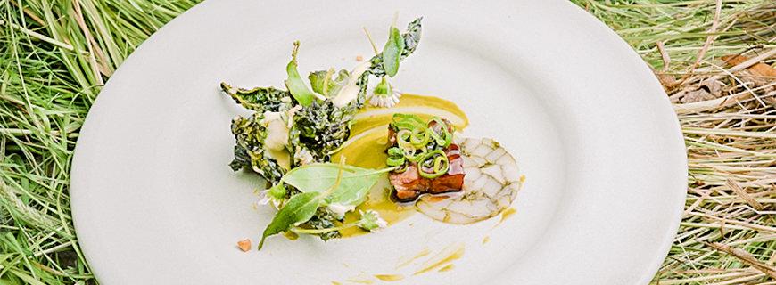 Schwein aus Linderöds glasiert mit Knoblauch aus Skilleby und Kohl von der Oaxen-Farm mit gerösteten Mandeln und Salbei