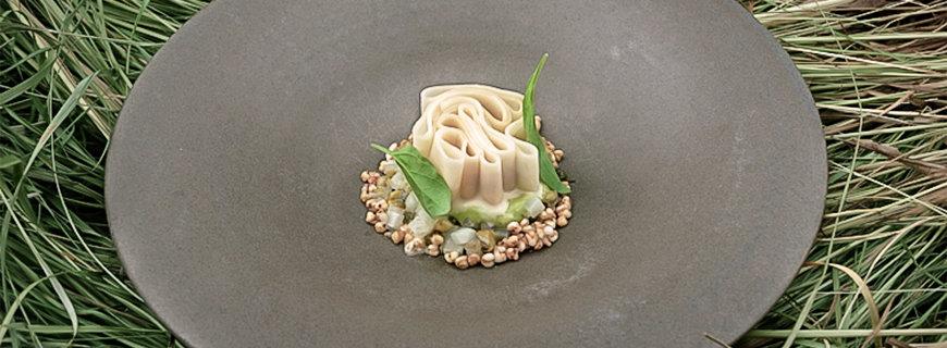 Gebackener Kohlrabi mit brauner Kräuterbutter, gekochte Kartoffeln, Bärlauch und sauren Bohnen