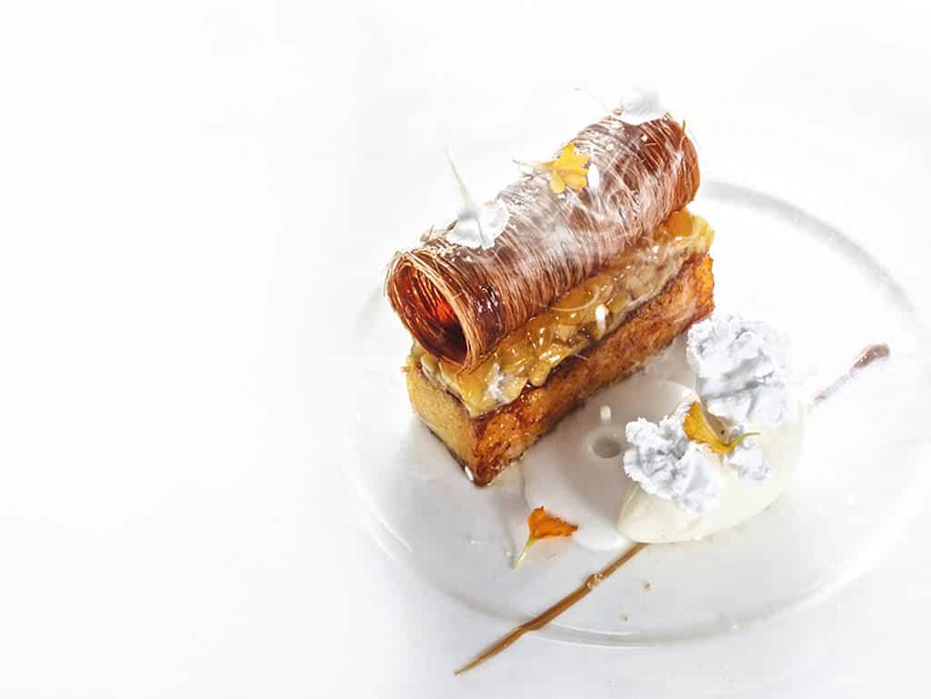 Gericht von Karlheinz Hauser: Salziger Kokossud | Karamell | Banane | Passionsfrucht