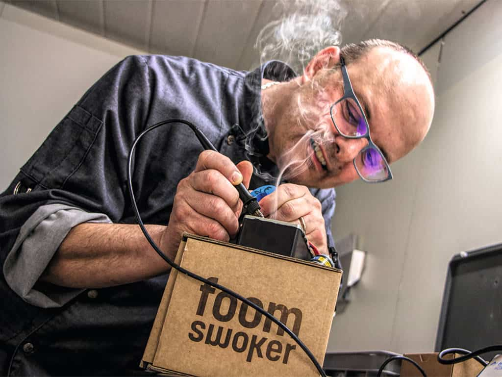 Küchenchef, Technikfreak und Erfinder: Marcel Blättler beim Löten am Prototyp des Räuchergeräts Foom.