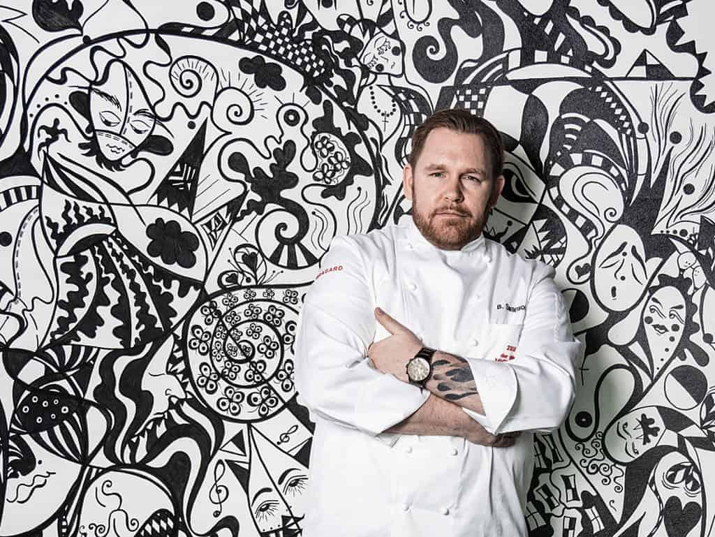 Björn Swanson lehnt lässig vor designter Wand