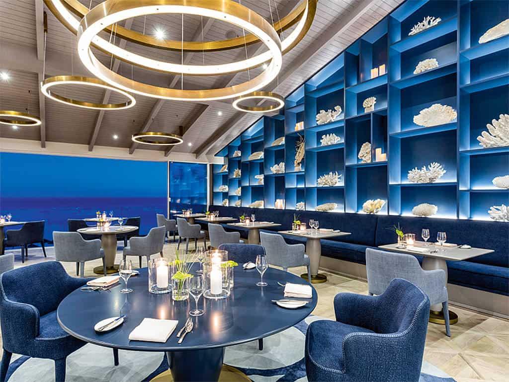 Hier hören Gäste das Meer rauschen: Nach einem umfassenden Umbau hat nun jeder Platz im Restaurant Ocean an der Algarve Meerblick.