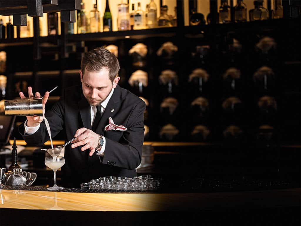 Akribie: Der Roomers-Barchef beim Mixen.