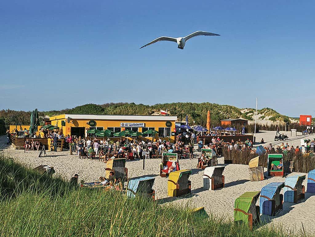 Strandfeeling: im Dünenrestaurant das Wetter und das Essen genießen