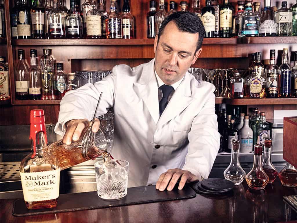 Enrico Wilhelm macht einen Cocktail