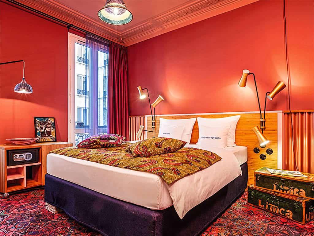 Zimmer in Paris mit Doppelbett, in sehr warmen Farben