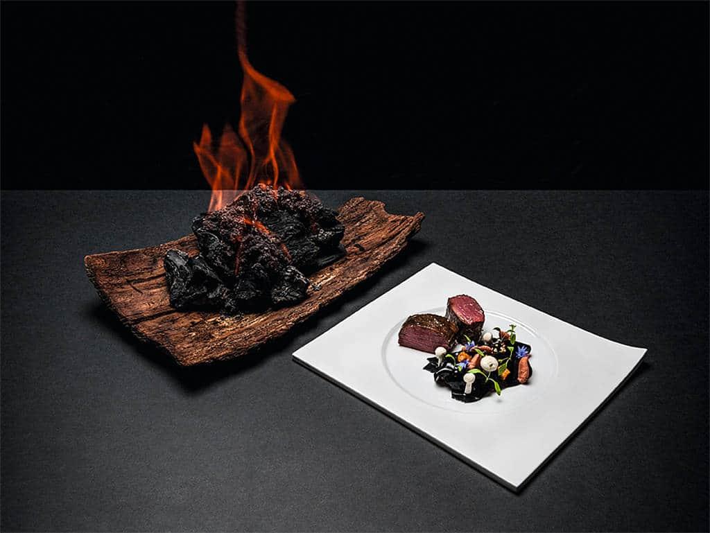 Der deutsche 3-Sterne-Koch hat vor drei Jahren vermehrt am Gast gekocht – unter anderem hat er Reh auf glühenden Holzkohlen vorm Gast gegart.