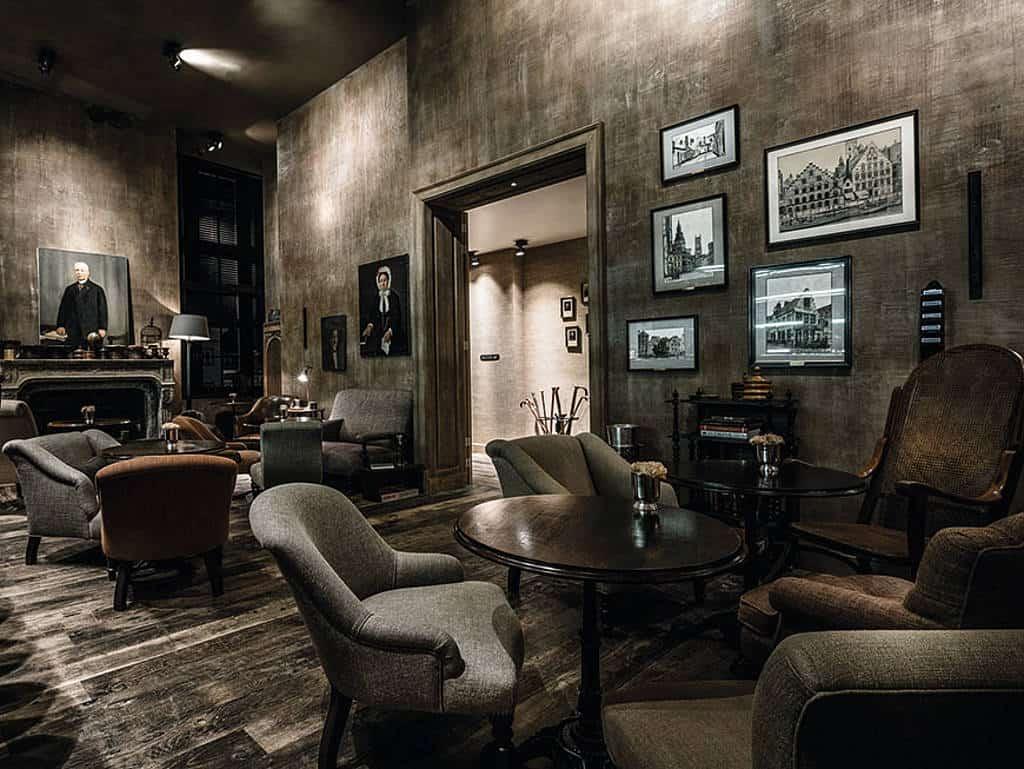 Vintage Möbel und dunkles Interior setzen den Ton