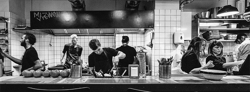 Küchenteam in schwarz weiß
